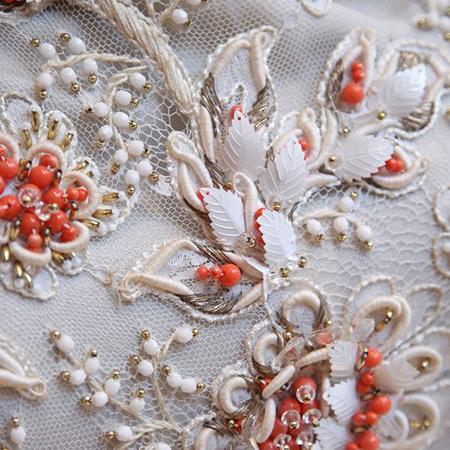 Одновременно уделите внимание и качеству самих деталей и тому, как они прикреплены к одежде