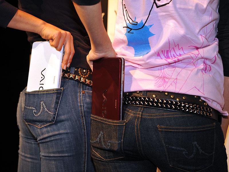 лэптопы планшеты в карманах кладут