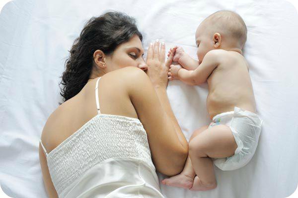 девушка мама спит с ребенком на большой кровати