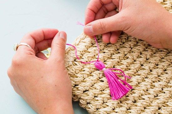 Как преобразить простую соломенную сумку в яркую и оригинальную модель