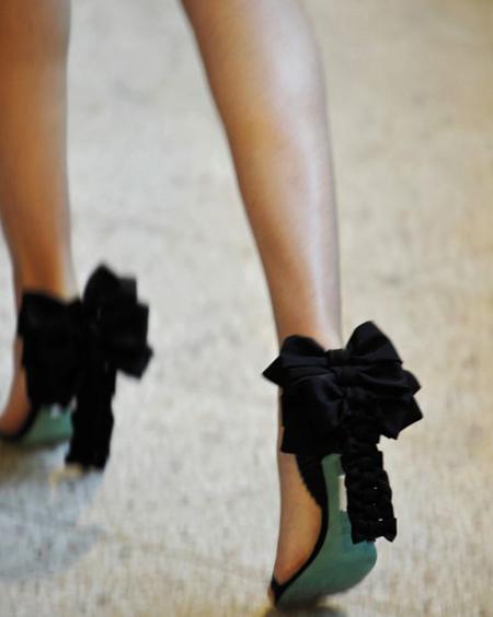 стилеты (изящные туфли на очень высоком каблуке)