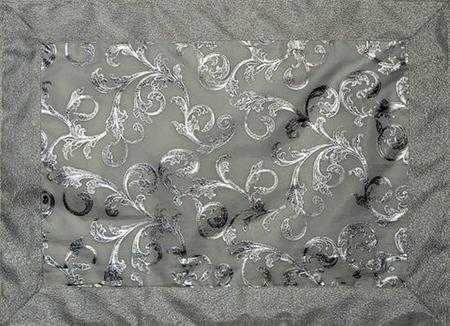 Выберите большую белую или серебряную скатерть