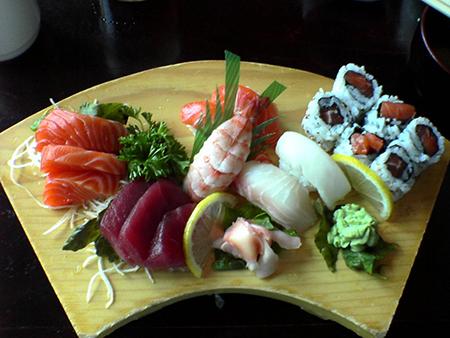 Блюдо (тарелка) само по себе должно давать призыв и интерес к еде, не отвлекая от пищи