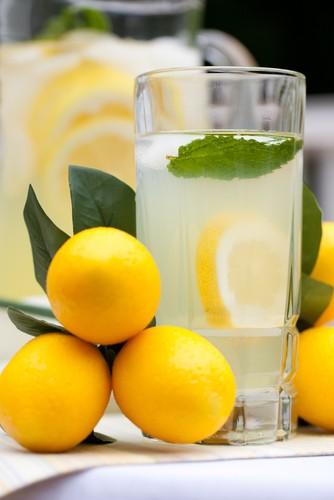 не имея проблем с желудком, пиль лимонад каждый день – хорошая идея