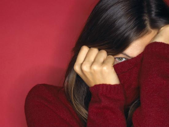 днвушка прячется в свитер от стеснения