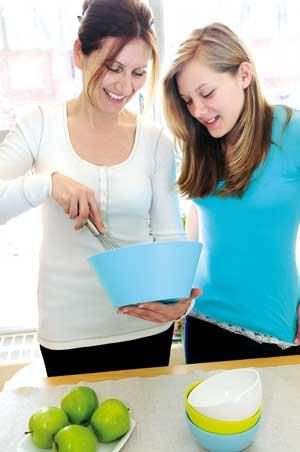 найдите здоровые и интересные/забавные рецепты, по которым сможете приготовить блюда вместе с вашим ребенком-подростком
