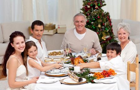 Снимок за красивым, богатым столом добавит уюта и праздничности большому семейному портрету