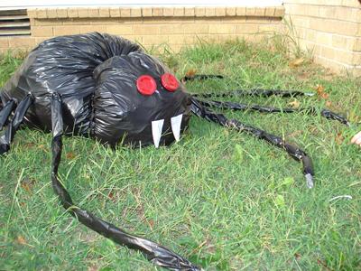 Либо можно сделать тарантула из мешков для мусора и посадить его на землю