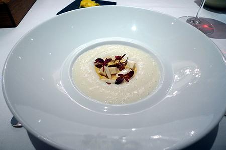 маленькие порции на крупной тарелке могут отлично подойти для ужина с изысканным флером