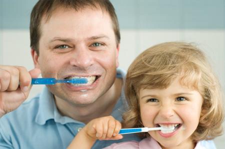 чистку зубов в этом возрасте можно превратить в общесемейное веселое занятие