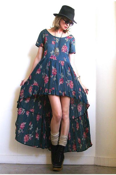 ... либо свободный покрой, когда талия платья была будто на три размера больше вашей реальной