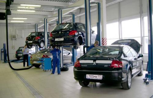 техобслуживание автомобиля, поднятые машины