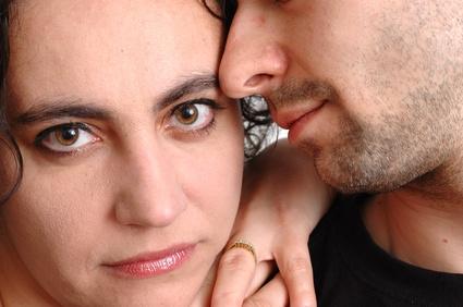 прежде всего, примите вероятность того факта, что муж вам изменяет