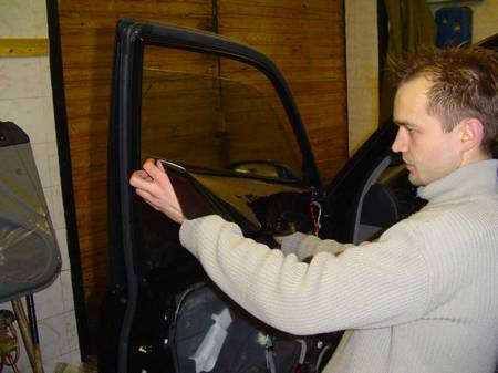 Как самостоятельно снять тонировочную пленку с автомобиля