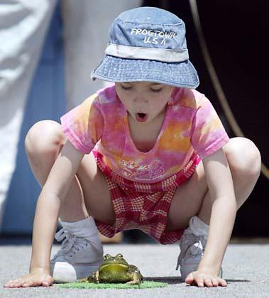 Смех прыгающей лягушки: сядьте на корточки, нагнитесь очень низко над коленями