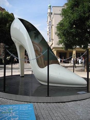 необычный памятник туфельке в Праге