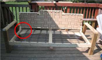 В углы вставьте треугольные деревянные крепежи для большей надежности
