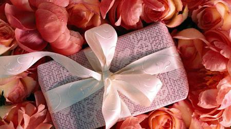 купите какой-то романтичный подарок
