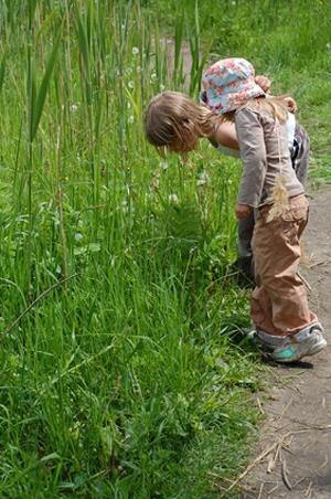 Играя на улице в компании, дети лучше учатся делиться, учатся взаимодействовать друг с другом