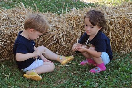 Пространство вне дома так же ставит детей перед шансами исследовать, экспериментировать, сравнивать текстуры и формы