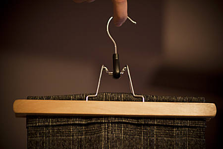 Подвешивайте брюки за низ/верх при помощи особых вешалок с захватом
