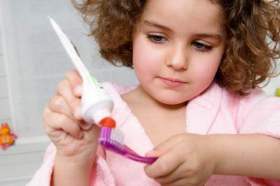 Как правильно чистить зубы малышу и когда начинать это делать?