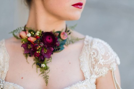 Как использовать живые цветы в свадебном образе