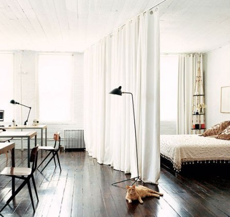 Как использовать шторы в интерьере: 5 дополнительных способов