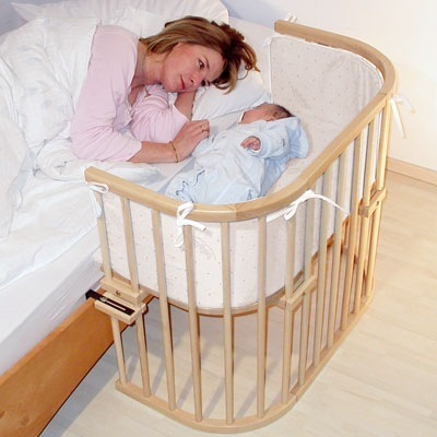 удобная детская кроватка мама с ребенком младенцем малышом рядом на двух кроватях