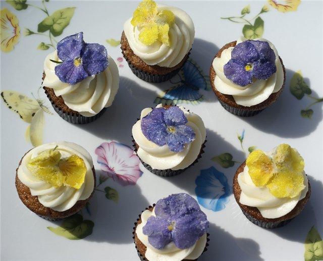 засахаренные фиалки на креме кексах выпечке украшение цветами