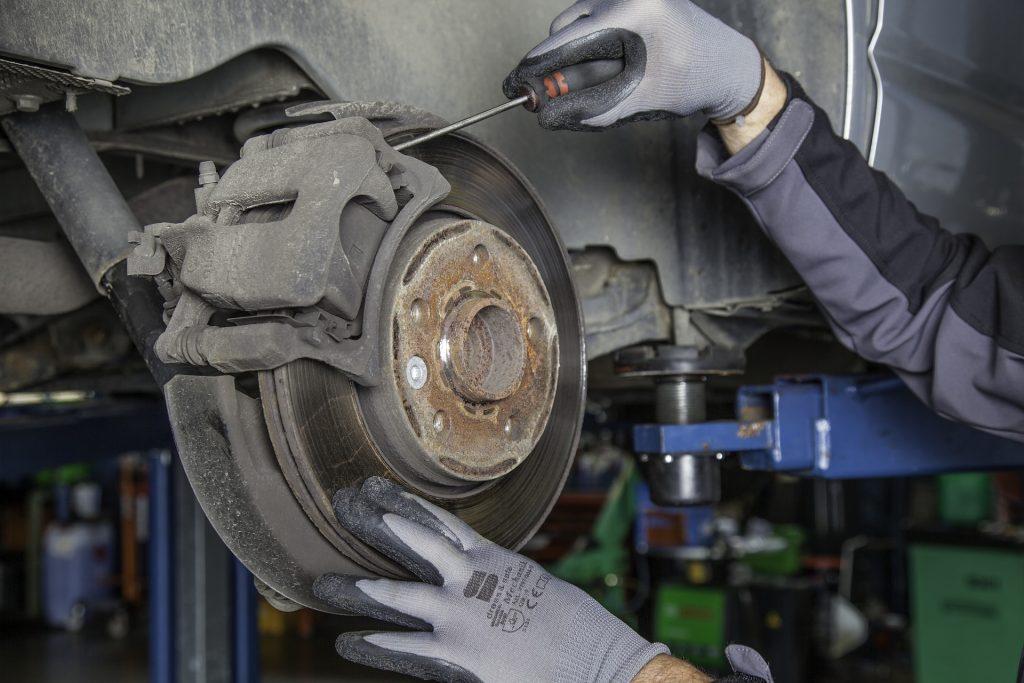 Как, не снимая колесо, проверить состояние тормозных колодок