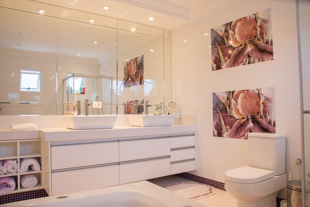 Как и в чём особенности выбора зеркала в ванную комнату